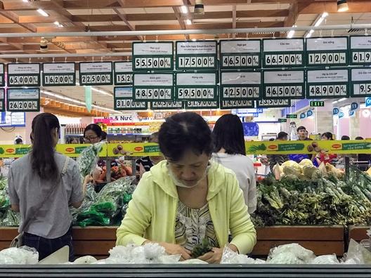 Nguoi dan tiec nuoi di mua hang lan cuoi tai sieu thi Co.opmart Dinh Tien Hoang