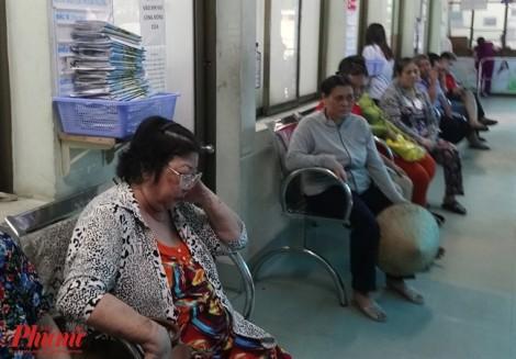 Bác sĩ chỉ được khám tối đa 65 ca/ngày, bệnh nhân đành trả tiền cho dịch vụ