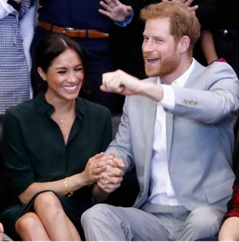 Vợ chồng Hoàng tử Harry 'thất lễ' khi báo tin vui tại đám cưới Công chúa Eugenie?
