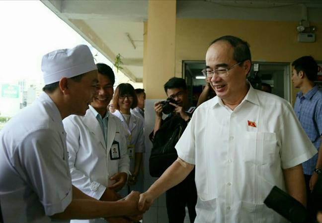 Bi thu Nguyen Thien Nhan den tham nguoi dan quan 2 va quan 4