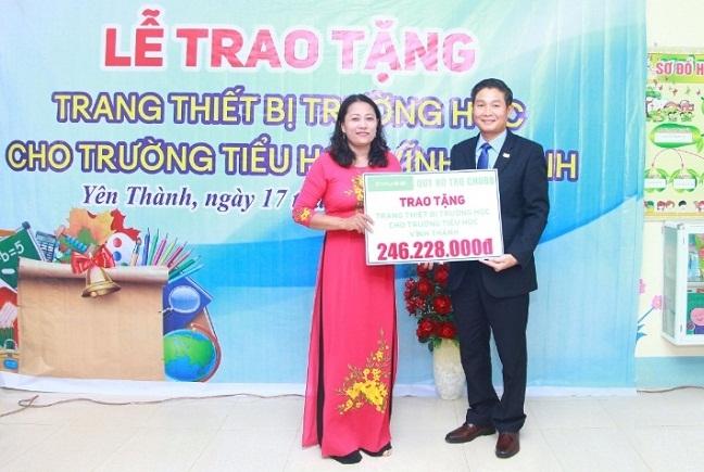 Chubb Life Viet Nam va Quy Chubb Charitable Foundation – International trao tang thiet bi day va hoc