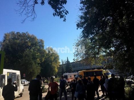Khủng bố tại trường học, giáo viên và sinh viên hoảng loạn vì bom nổ và xả súng