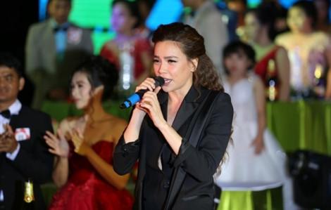 Hồ Ngọc Hà mừng cưới 40 triệu, hát tặng đám cưới 40 cặp khuyết tật