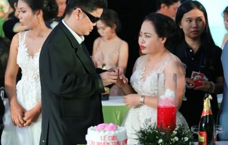Lặng người ngắm 40 đôi vợ chồng hạnh phúc cắt bánh cưới, rót rượu giao bôi