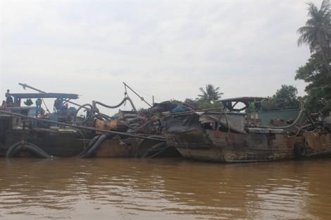 Bắt giữ 3 thuyền với hàng chục đối tượng bơm hút cát trái phép trên sông Đồng Nai