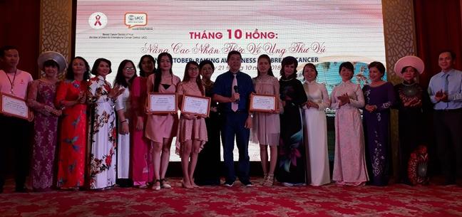 'Nguoi mau' benh nhan ung thu vu trinh dien ao dai Hue