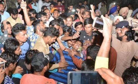 Vụ tàu hỏa đâm vào đám đông xem lễ hội: Ấn Độ bối rối tìm người quy trách nhiệm