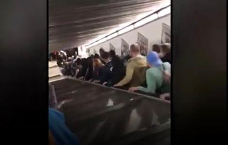 Thang cuốn bị hỏng, hàng chục người 'trôi tuột' xuống đường tàu ngầm