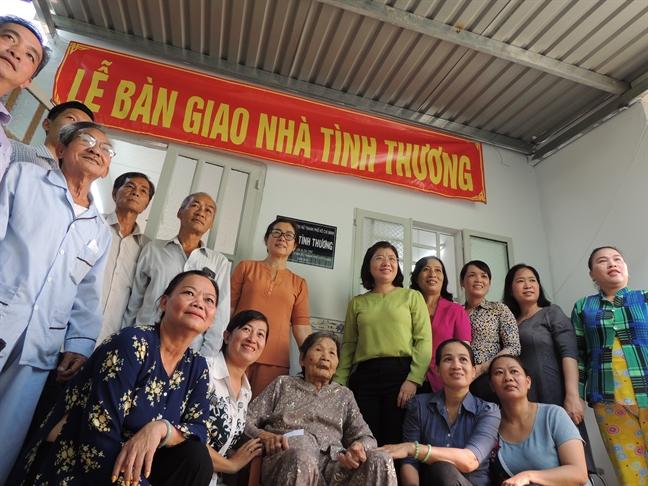 Hoi LHPN TP.HCM trao tang mai am tinh thuong cho hai phu nu cao tuoi