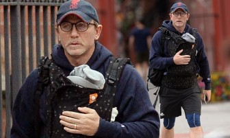 Cảnh 'James Bond' Daniel Craig địu con để lộ định kiến nghiêm trọng trong xã hội Mỹ