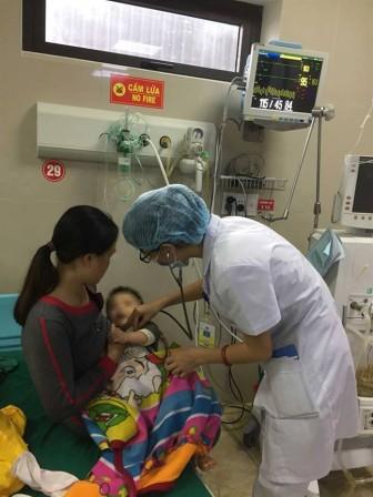 Cứu sống bé 10 tháng tuổi bị sốc thuốc sau khi tiêm tại bệnh viện