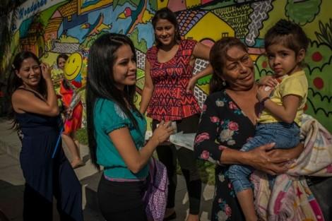 Cuộc đoàn tụ đẫm nước mắt của bé nhập cư 2 tuổi vào Mỹ