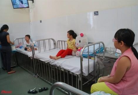 Hàng loạt trẻ nhập viện nghi ngộ độc: Trong bánh mì chà bông có gì?