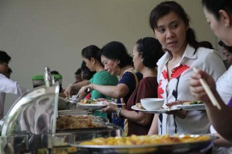 Quận 10: Tổ chức buffet chay quyên góp ủng hộ phụ nữ và trẻ em nghèo