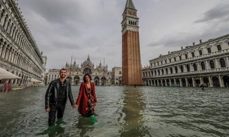 Venice 'chìm' trong biển nước, người dân và du khách chật vật lội trên phố