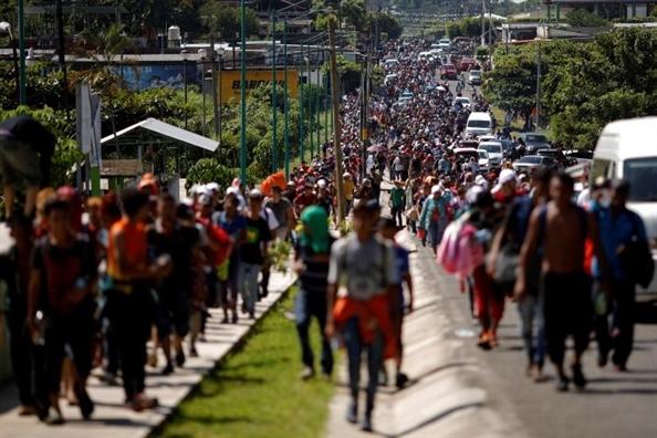 Tong thong Trump se dieu 15.000 binh si toi bien gioi doi pho nguoi di cu