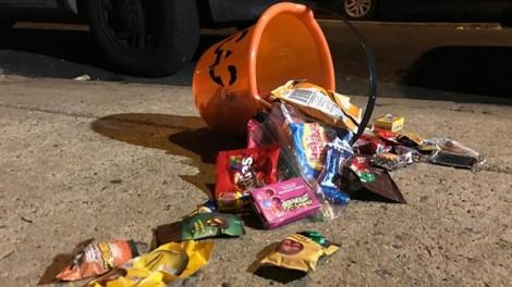 Đi xin kẹo đêm Halloween, hai chị em bị người lạ bắn trúng