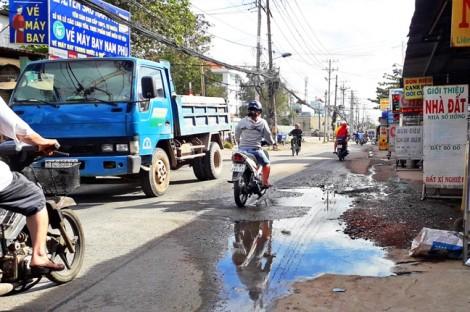 Mạng sống mong manh vì vũng nước trên đường