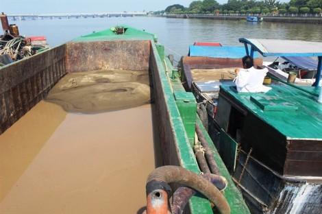 Bắt giữ thuyền dùng 'vòi rồng' bơm hút cát trái phép trên sông Đồng Nai