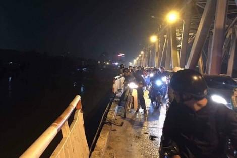 Ô tô đâm đổ lan can cầu Chương Dương lao xuống sông Hồng