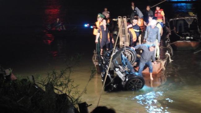 Phat hien 2 thi the trong o to dam do lan can cau Chuong Duong lao xuong song