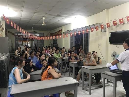 Huyen Nha Be: Dua cac kien thuc phap luat ve lao dong den nu cong nhan nha tro