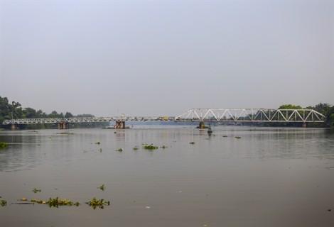 Người dân lo sợ di chuyển qua cầu hơn 100 tuổi ở Sài Gòn