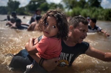 Top ảnh trong tuần cho thấy trẻ em mệt mỏi trên con đường di cư đến Mỹ