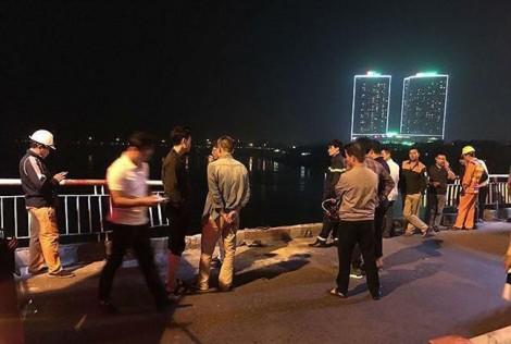 Phát hiện 2 thi thể trong ô tô đâm đổ lan can cầu Chương Dương lao xuống sông