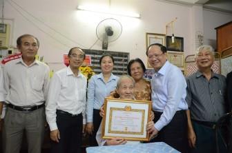 Lãnh đạo TP.HCM trao Huy hiệu Đảng cho các đảng viên