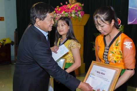 Tập đoàn Hòa Bình trao gần 1,4 tỷ đồng học bổng cho học sinh, sinh viên nghèo vượt khó