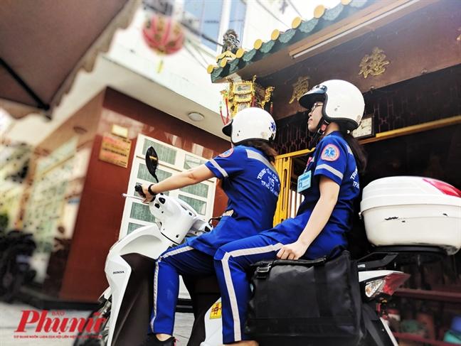 Theo chan to cuu thuong bang xe 2 banh di cuu nguoi o Sai Gon
