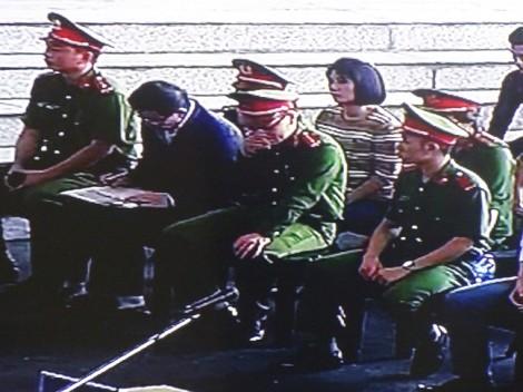 Ông Phan Văn Vĩnh cắm cúi đọc chép trong suốt phiên tòa