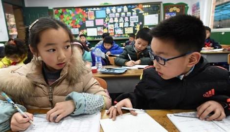 Trung Quốc: Cha mẹ đau đầu khổ sở vì bài tập về nhà của con