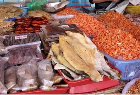 Cà Mau: Nhiều sạp bán cá khô dùng thuốc trừ sâu đuổi ruồi, kiến