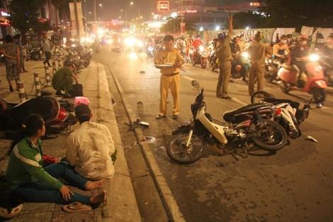 Ô tô mất lái đâm hàng loạt xe máy, một người tử vong, nhiều người nhập viện