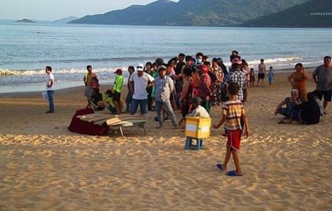 Cô gái 20 tuổi gục chết trên bãi biển sau khi đi khám bệnh về
