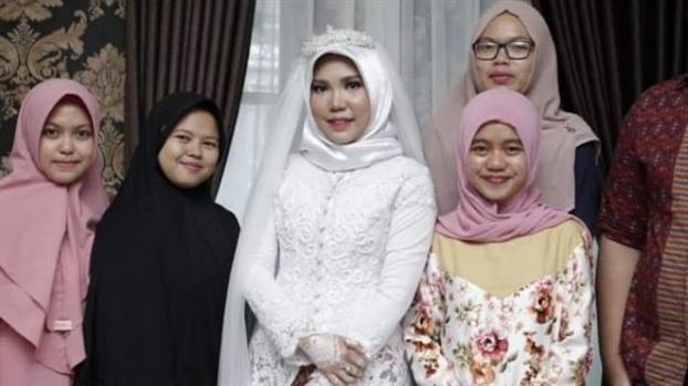 Vu roi may bay Indonesia: Co dau mac vay cuoi theo di nguyen 'neu anh khong ve'