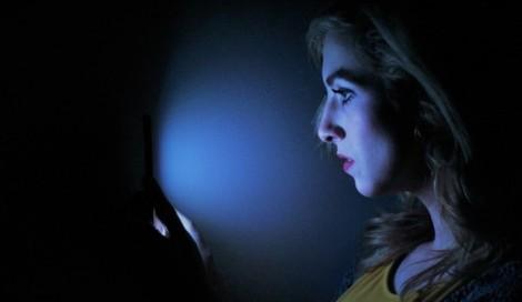 Ánh sáng xanh từ điện thoại ảnh hưởng đến sắc đẹp như nào?
