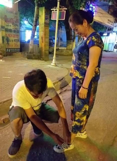 Chuyện người đàn ông 30 năm vẫn thắt dây giày cho vợ