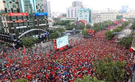 Lắp màn hình LED 'khủng' cho người dân xem AFF Cup trên đường Nguyễn Huệ