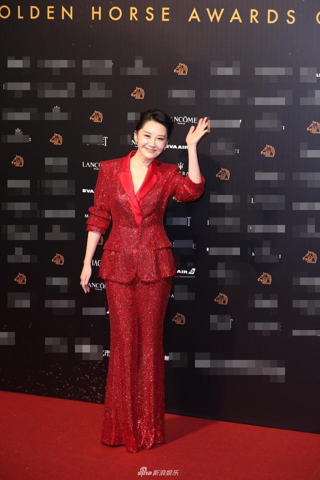 Cung Loi, Chau Tan gay that vong voi trang phuc tren tham do Kim Ma 2018