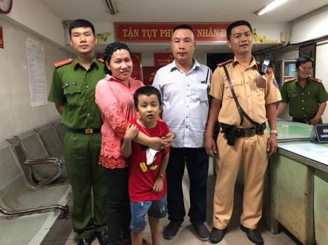 CSGT tìm thấy cháu bé đi lạc sau trận bóng đá của tuyển Việt Nam