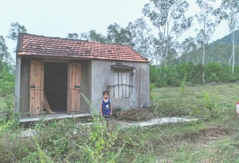 Bé gái 7 tuổi không cha, ngày ngày về nhà hoang chờ mẹ tâm thần mất tích