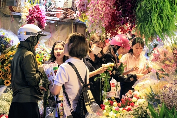 Hoa le 20/11 tang gia bon lan, bo 6 bong hong gia 800.000 dong