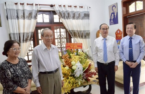 Lãnh đạo TP.HCM thăm và tặng quà các nhà giáo tiêu biểu