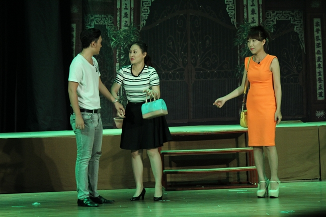 San khau kich: Xong phuc khao la... tu bien tau