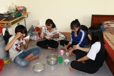 Nỗi lòng cô giáo trước những bữa cơm chỉ rau với mì gói của học trò nghèo