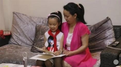 Con gái 10 tuổi tự tay chăm sóc, dạy mẹ học đọc và viết suốt 4 năm ròng