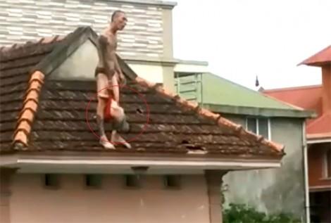 Bé trai hơn 1 tuổi sống sót khi bị bố xách ngược trên mái nhà, ném từ tầng 2 xuống